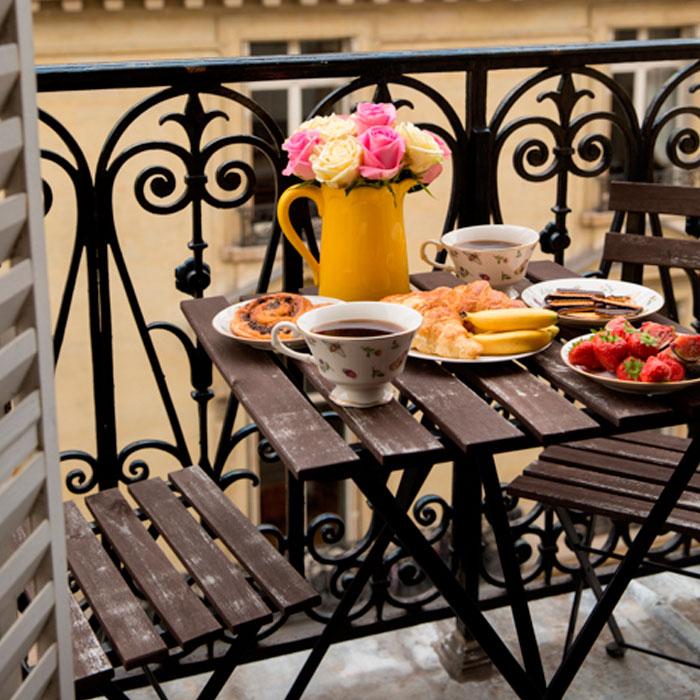 desayunar en terraza pequeña verano